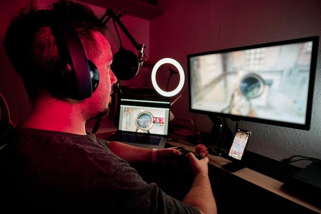 Un giocatore che gioca e riproduce in streaming live con microfoni e telecamere