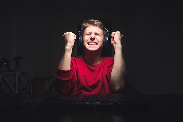 Il giocatore si rallegra della vittoria del videogioco