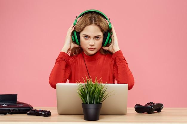Donna del giocatore con laptop e controller