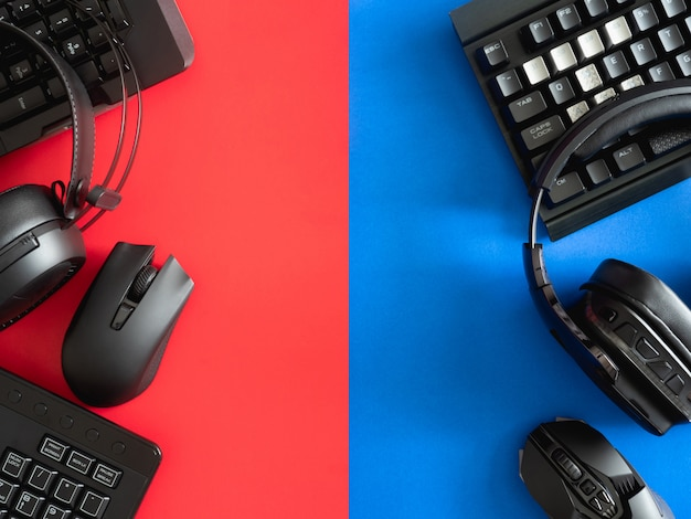 Scrivania da gioco con tastiera, mouse e cuffie