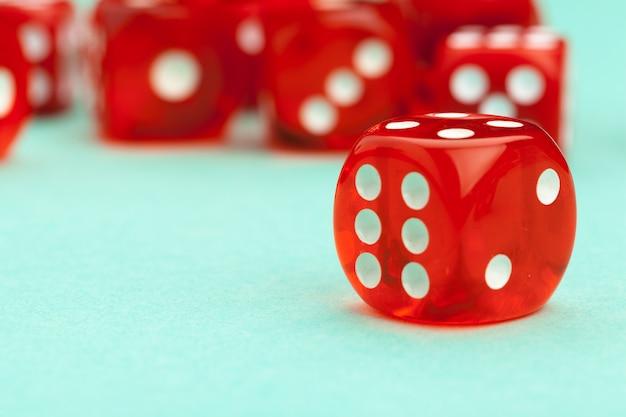Il gioco taglia sul blu. gioco Foto Premium