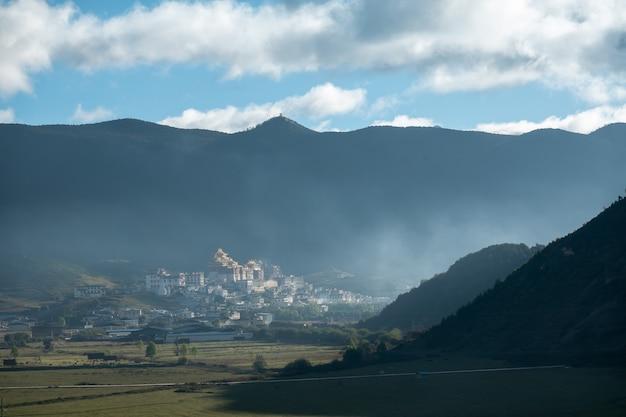 Ganden sumtseling nella nebbia mattutina del monastero