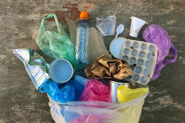 Sacchetto di immondizia con diversi rifiuti