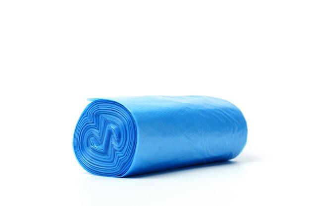 Sacchetti di immondizia in blu isolato su sfondo bianco