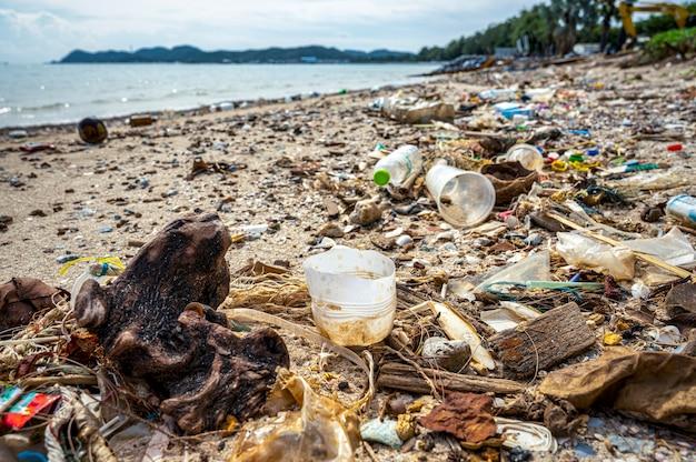 Immondizia sulla spiaggia
