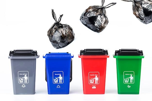 Bidoni della spazzatura di plastica colorati concettuali di conceptœ classificazione di immondizia isolati su bianco
