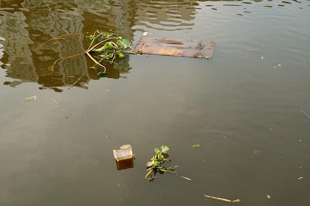 Immondizia che galleggia sul fiume per il concetto di inquinamento dell'acqua