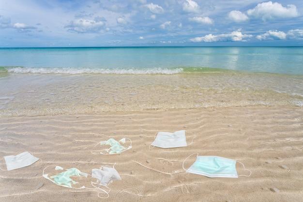 Immondizia da maschere mediche usate sulla spiaggia.