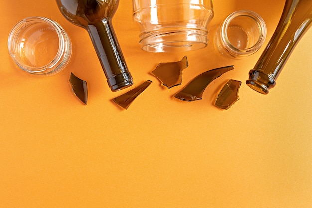 Immondizia, oggetti di vetro per il riutilizzo o il riciclaggio piatto giaceva sullo sfondo arancione con spazio di copia