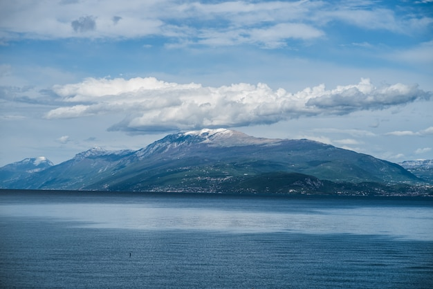Lago alpino del garda intorno alla montagna