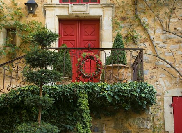 Giardino decorato per natale con ghirlanda di rami e coni dell'albero di natale