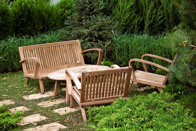 Paesaggio del giardino con sedie e tavolo in legno marrone decorativo