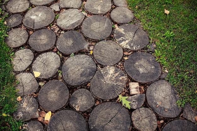 Sentiero del giardino da ceppi tagliati, passerella di sezione trasversale di tronchi d'albero