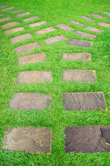 Giardino sentiero in pietra con erba