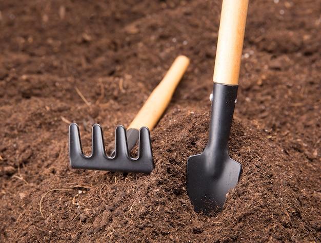 Attrezzi da giardino sul suolo