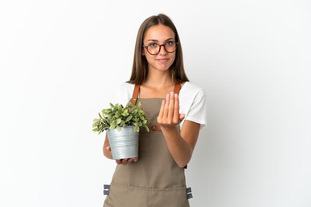 Ragazza del giardiniere che tiene una pianta isolata