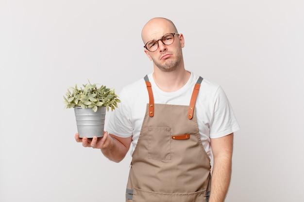 Giardiniere che si sente triste e piagnucoloso con uno sguardo infelice, piange con un atteggiamento negativo e frustrato