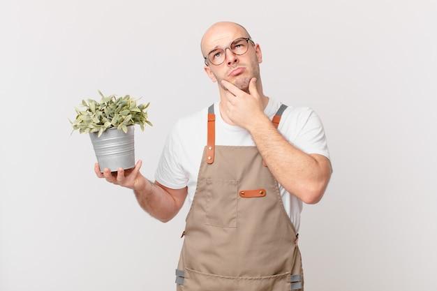 Giardiniere che pensa, si sente dubbioso e confuso, con diverse opzioni, chiedendosi quale decisione prendere