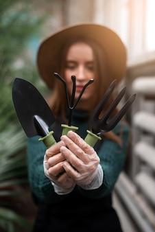 Giardiniere con attrezzi da giardino nelle mani.