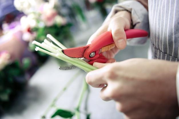Strumento da giardinaggio. fiorista professionista che indossa il grembiule mentre si lavora con i fiori