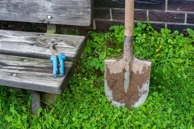 Strumenti da giardinaggio. concetto agricolo. stagione agricola. forbici da giardino e pala