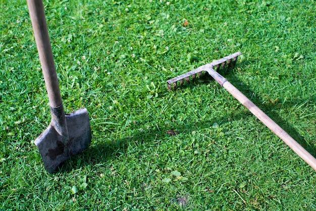 Strumenti da giardinaggio. concetto agricolo. stagione agricola. pala e rastrello.
