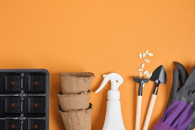 Attrezzi da giardinaggio, semi, vasi, pale e guanti da giardino