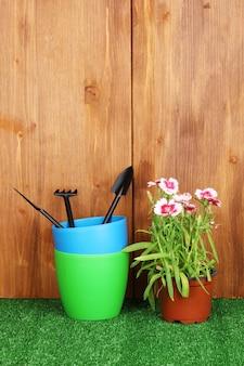 Attrezzi da giardinaggio su fondo in legno