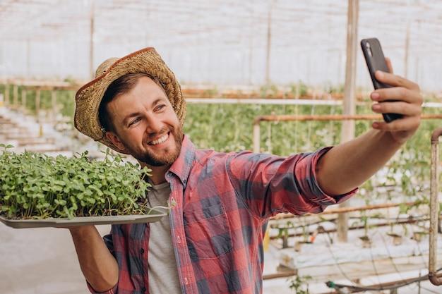 Gardner con i microgreens nella sua serra