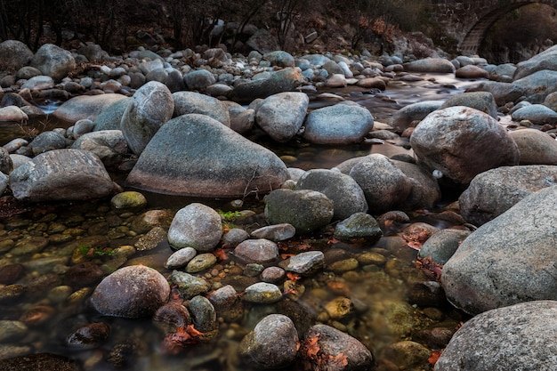 Garganta jaranda. paesaggio a jarandilla de la vera. paesaggio naturale con un fiume