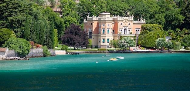 Gargnano, italia - 25 giugno 2013: grand hotel a villa feltrinelli a gargnano sulla riva del lago di garda. brescia. italia