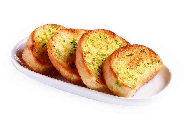 Pane all'aglio in un piatto su sfondo bianco