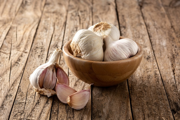 Spicchi d'aglio in una ciotola