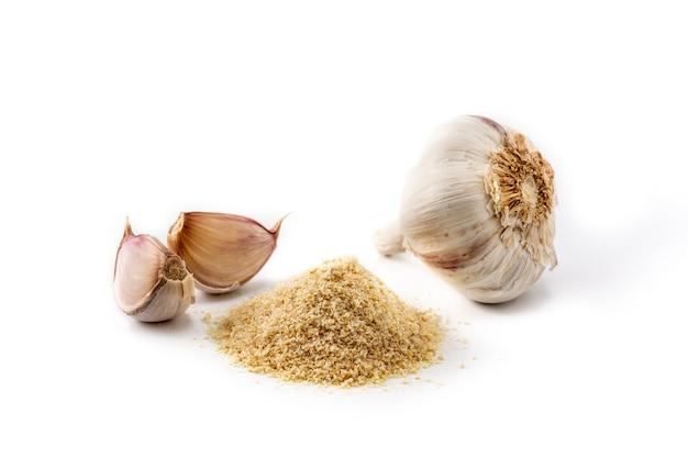 Spicchi d'aglio e polvere d'aglio isolati