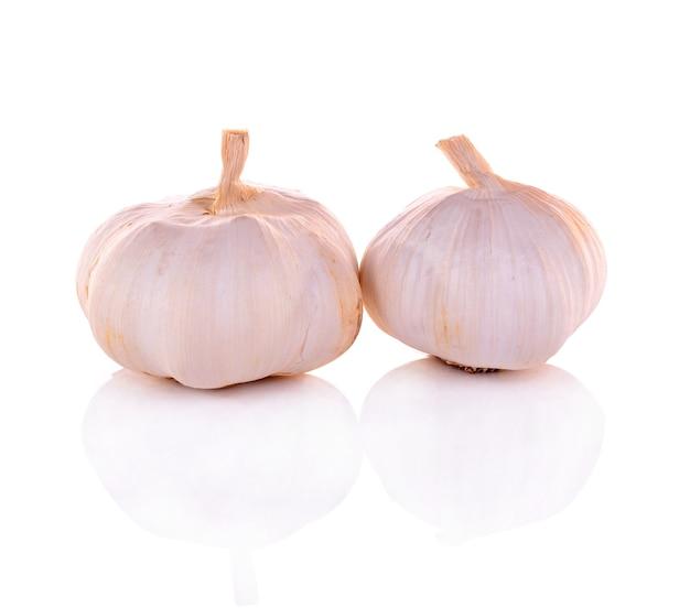 Spicchi d'aglio isolati su bianco