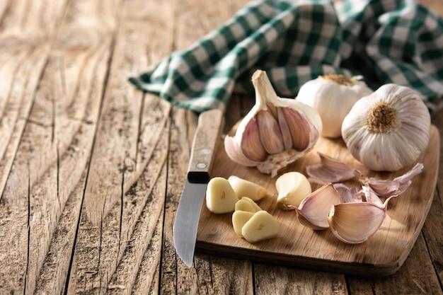 Spicchi d'aglio sulla tavola di legno rustica