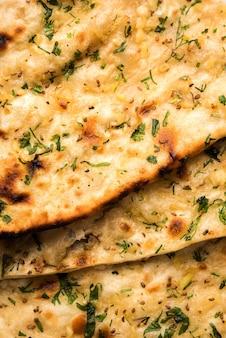 Naan aglio e coriandolo servito in un piatto, è un tipo di pane indiano o roti aromatizzato con lahsun