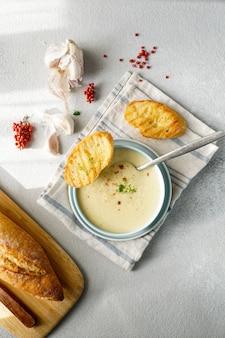 Zuppa cremosa francese all'aglio