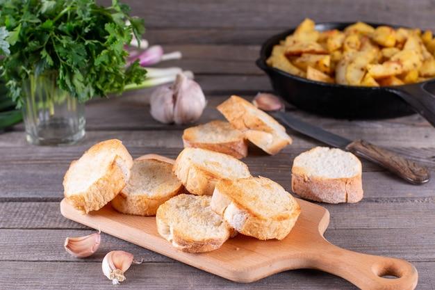 Crostini all'aglio inzuppati di burro alle erbe. pane all'aglio alle erbe