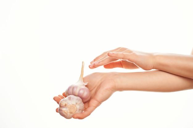 Aglio nelle mani organica vitamine cottura