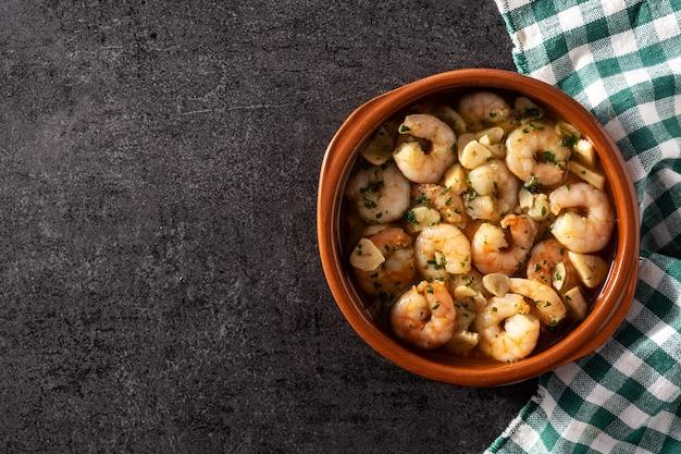 Gamberoni all'aglio su una ciotola di ceramica