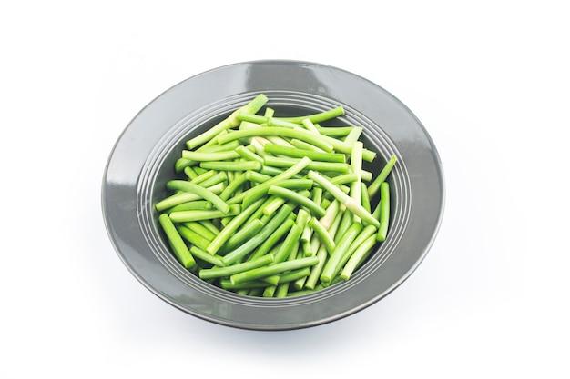 Germogli di aglio su spazio bianco.