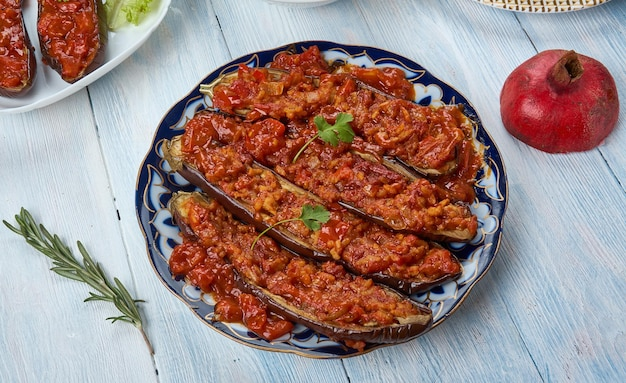 Garniyarikh , carne, aglio, erbe e melanzane ripiene di pomodoro, cucina azerbaigiana, piatti tradizionali assortiti, vista dall'alto.