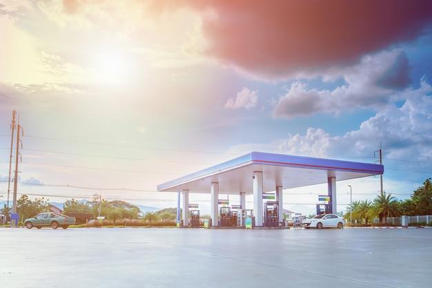 Stazione di rifornimento di benzina con nuvole e cielo blu
