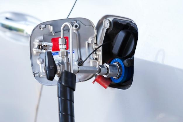 Ugello di riempimento del gas gpl alla pompa del gas.