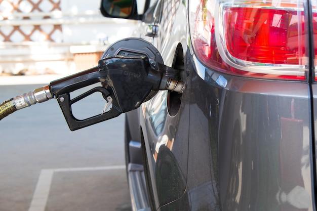 Ugello del gas che pompa gas in un'auto