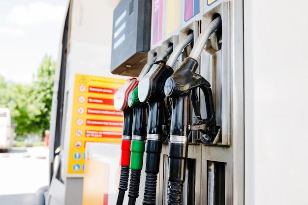 Ugelli della pompa di benzina in una stazione di servizio Foto Premium
