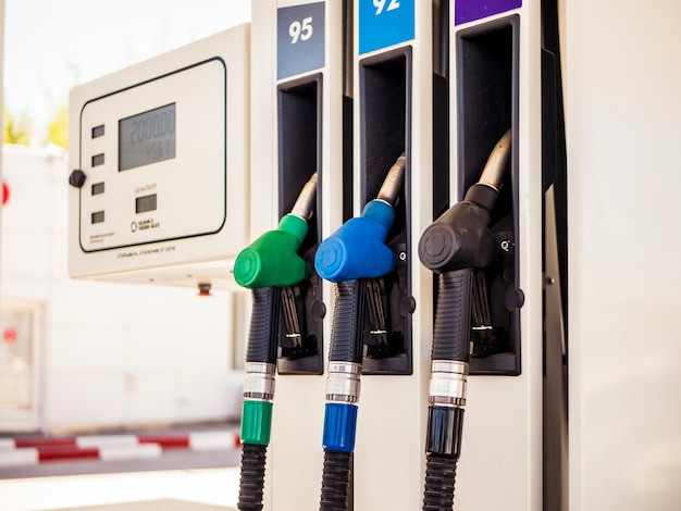 Ugello variopinto alto vicino delle pompe di benzina della stazione di servizio a gas