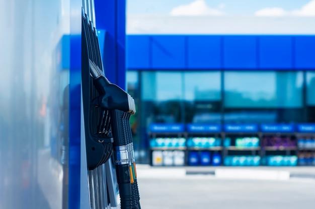 Primo piano della stazione di servizio con i tubi flessibili colorati del carburante.