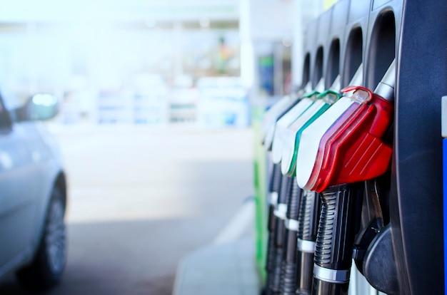 Stazione di servizio e pompa del carburante.